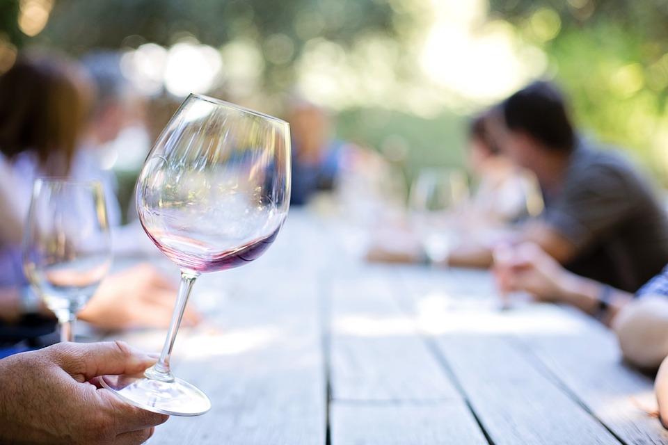 wineglass 553467 960 720 アマゾンギフト券買取これがあれば間違いなし!?「金賞受賞ワイン5選」